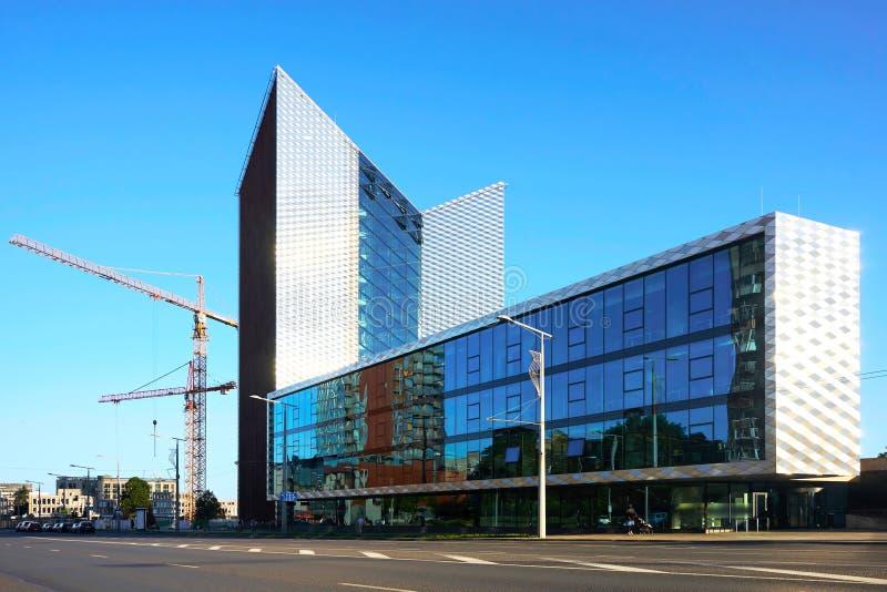 Kommersiell arkitektur och utveckling av moderna stål- och exponeringsglasskyskrapor fotografering för bildbyråer