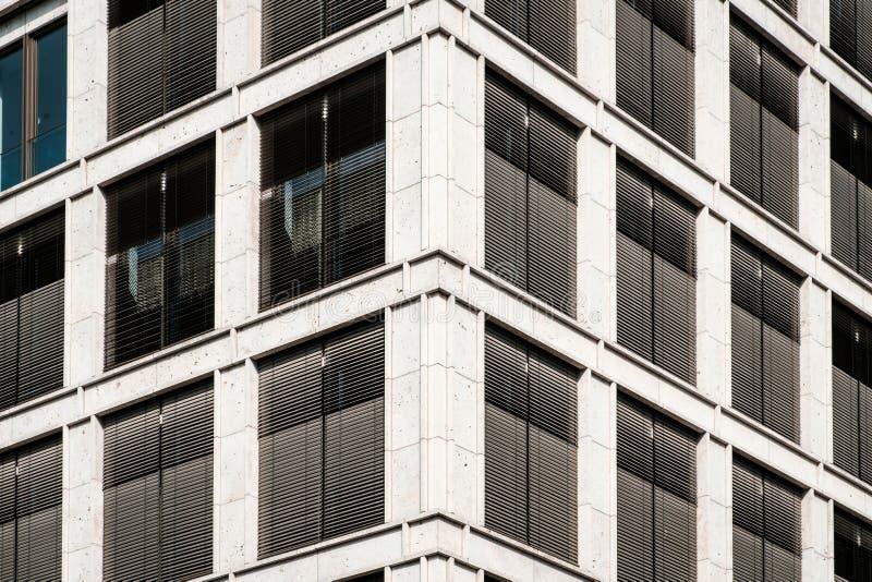 Kommersiell fastighetfasad - modern kontorsbyggnad fotografering för bildbyråer