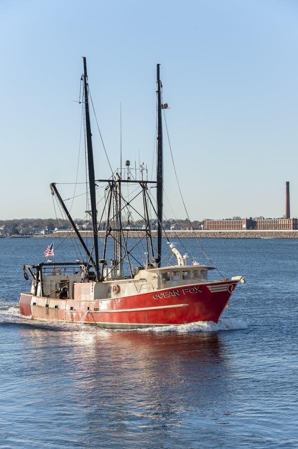 Kommersiell fiskebåthavräv, välkomnande portNewport nyheterna, VI arkivbilder