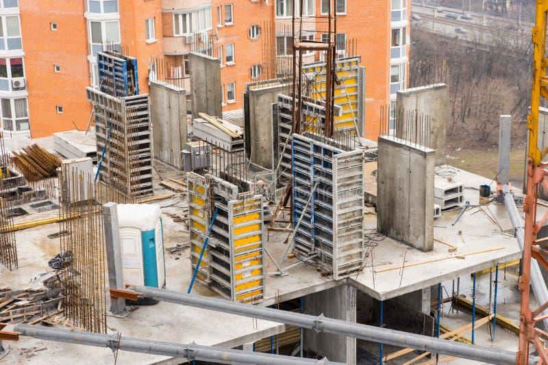 Kommersiell hög löneförhöjningbyggnad under konstruktion arkivfoto