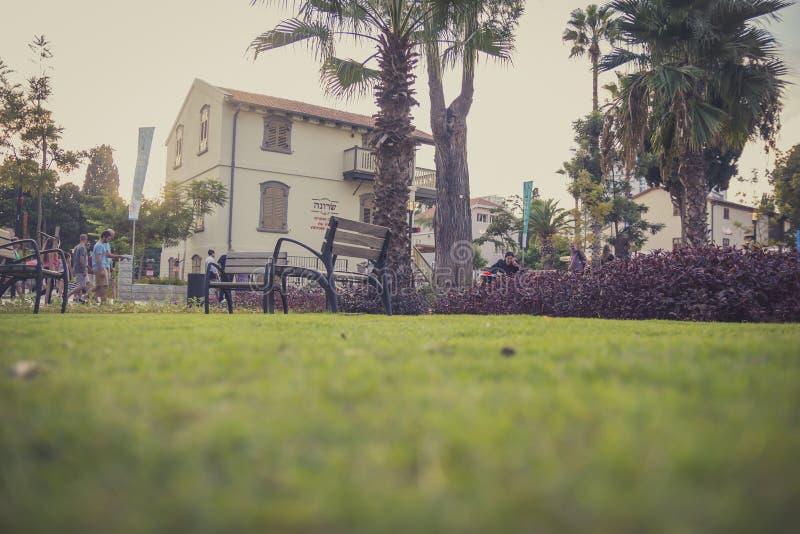 Kommersiell mitt Sarona för öppen luft i Tel Aviv med besökare och fotografering för bildbyråer