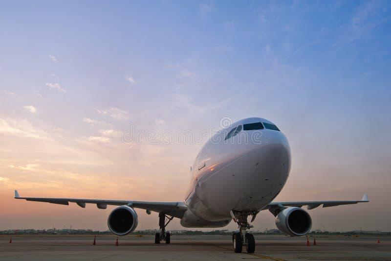 kommersiell parkering för flygplan arkivbilder