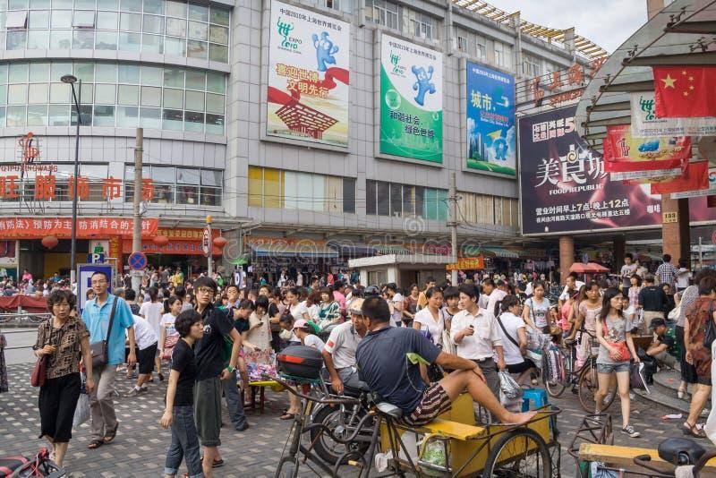 Kommersiell shoppa gataplats i den Qipu vägen Lokaliserat i sydost av det Zhabei området porslin shanghai arkivbild