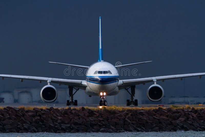 Kommersiell stråltrafikflygplan på den främsta sikten för landningsbana royaltyfria bilder
