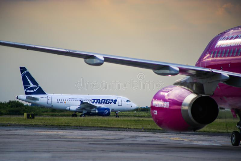 Kommersiell trafikflygplan Boeing 737 för passagerarestråle av det rumänska Tarom flygbolaget royaltyfri fotografi