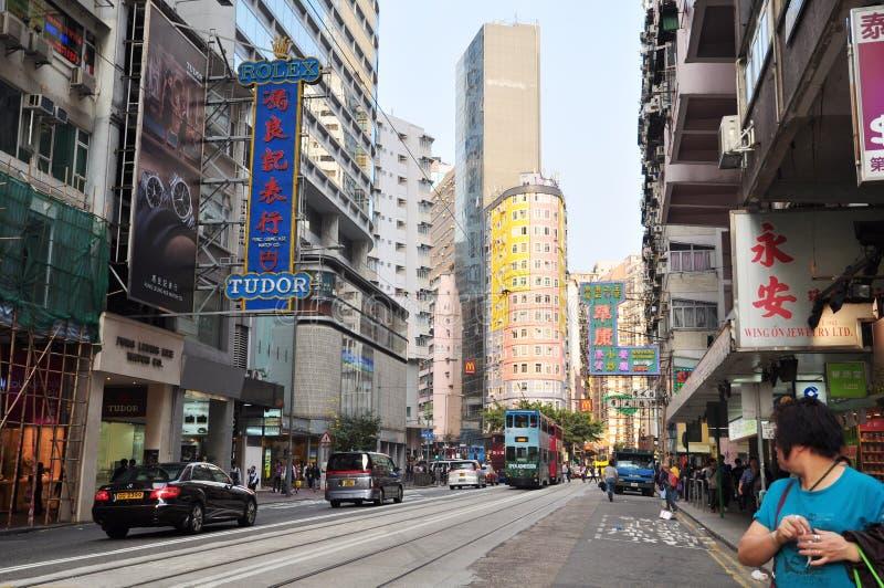 Kommersiella byggnader shoppar shoppa bussen och bilarna på Hong Kong gatasikt i central arkivfoto