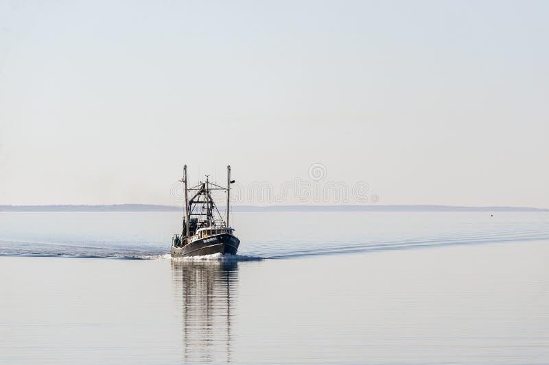 Kommersiellt f?retag f?r den fiska skytteln som kommer ut ur vr?k, sk?ller royaltyfri foto