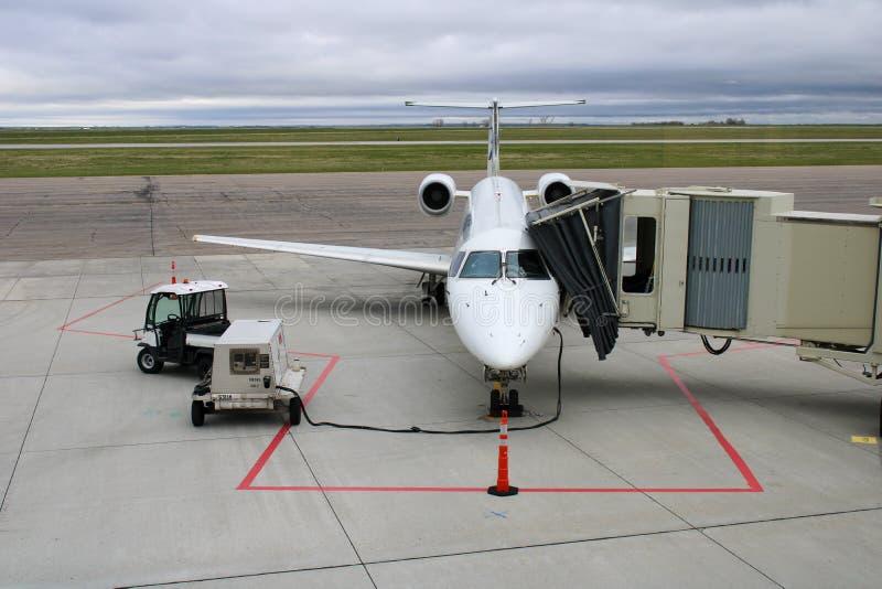 Kommersiellt flyg som förbereder sig att stiga ombord royaltyfria bilder