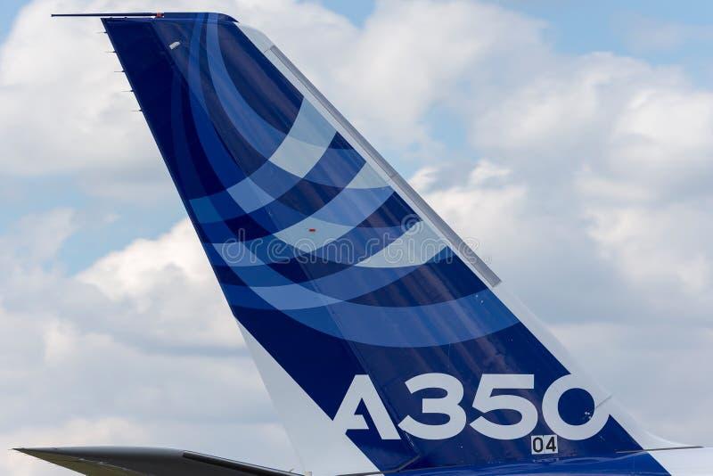 Kommersiellt flygplan för flygbuss A350-941 med en hybrid- flygbuss-/Qatar Airways livré fotografering för bildbyråer