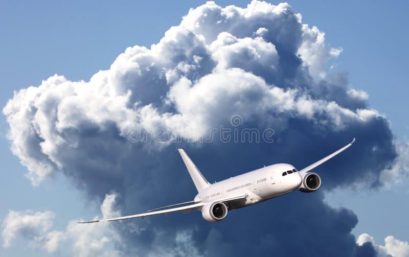 Kommersiellt flygplan som flyger ovannämnda moln royaltyfri fotografi