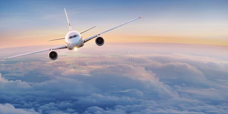 Kommersiellt flygplan som flyger ovannämnda moln fotografering för bildbyråer