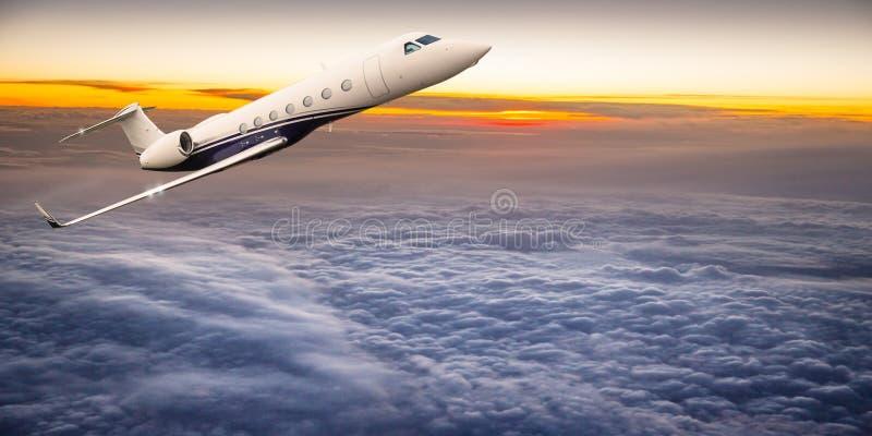 Kommersiellt flygplan som flyger ovannämnda moln arkivbild