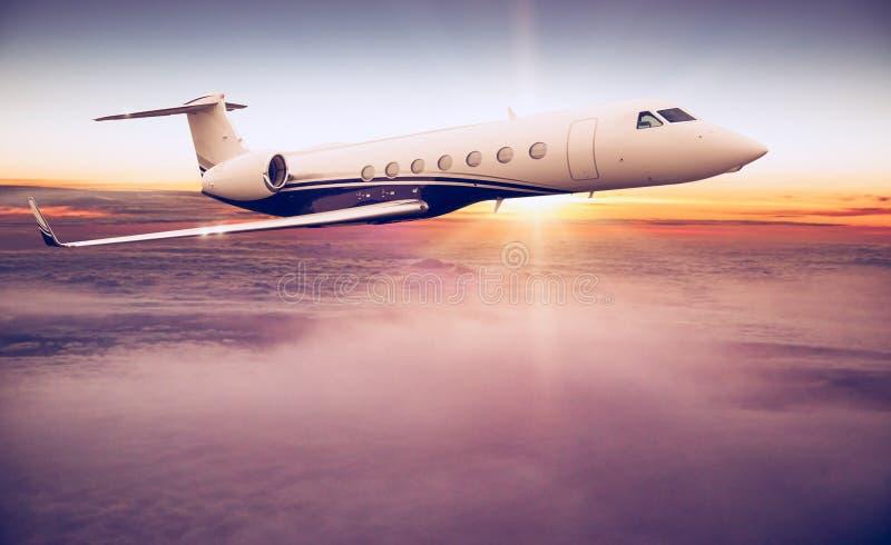 Kommersiellt flygplan som flyger ovannämnda moln arkivfoton