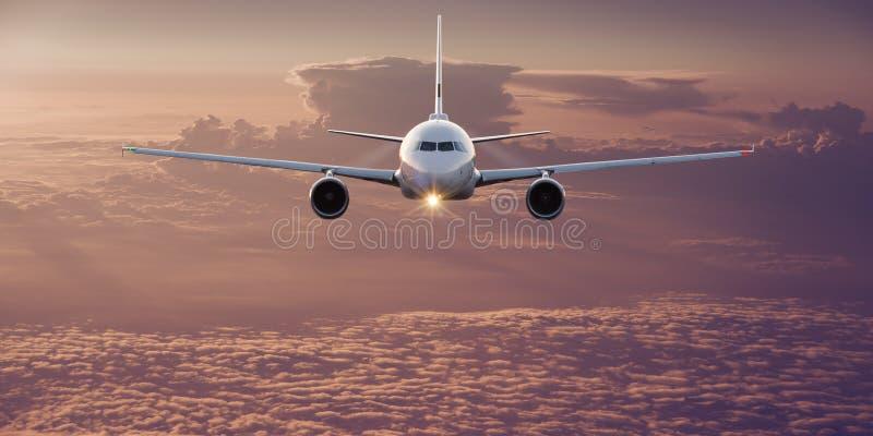Kommersiellt flygplan som flyger ovannämnda moln royaltyfria foton