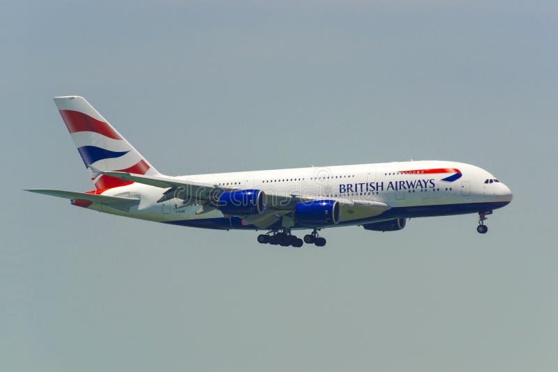 Kommersiellt flygplanflyg i himlen royaltyfria bilder