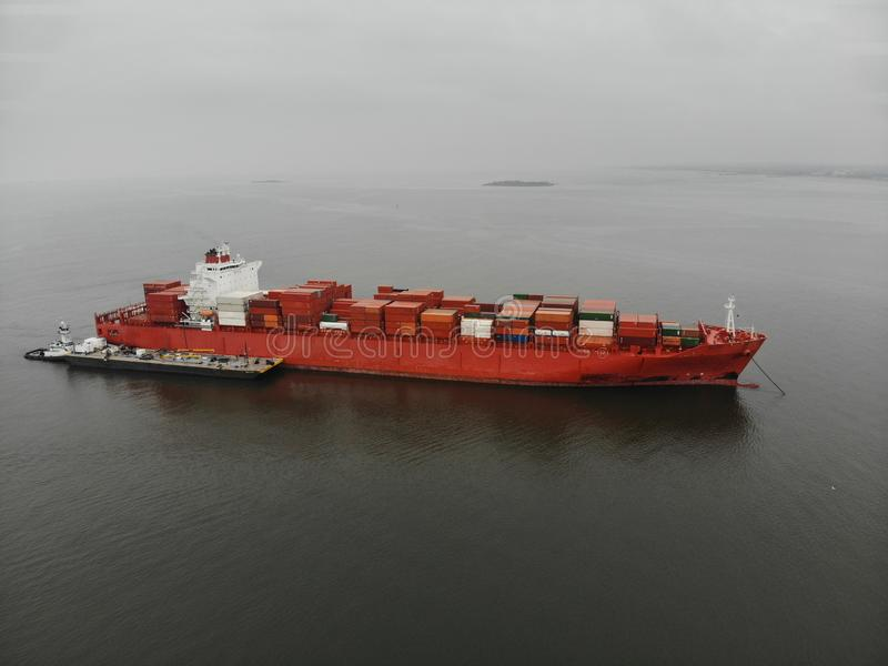 Kommersiellt lastfartyg med behållare i havet flyg- sikt arkivbilder