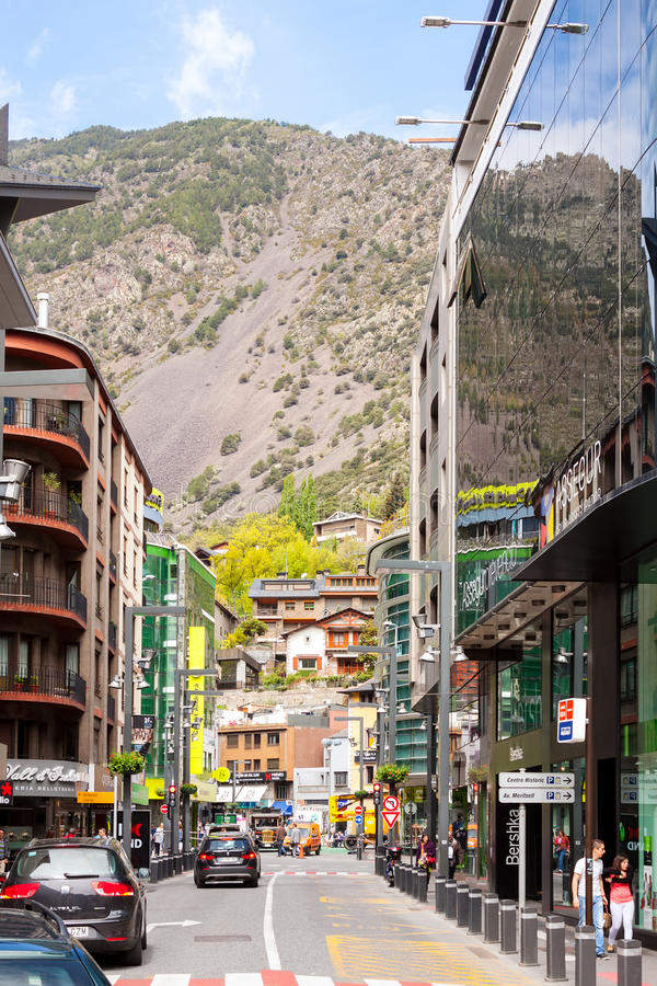 Kommersiellt område av staden i Andorra la Vella, Andorra royaltyfria foton