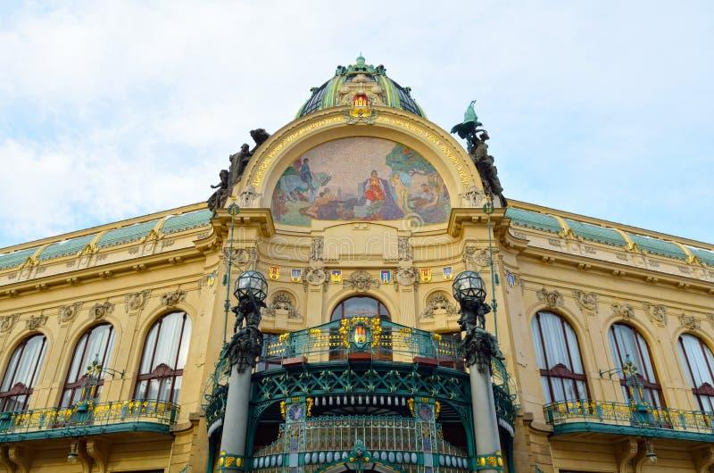 Kommunal husfasad i stad av Prague royaltyfria bilder