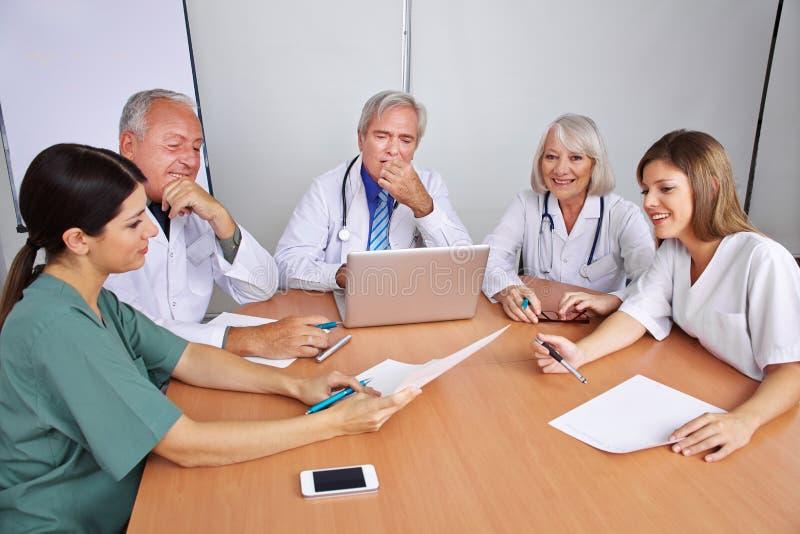 Kommunikation i ett lag med doktorer fotografering för bildbyråer