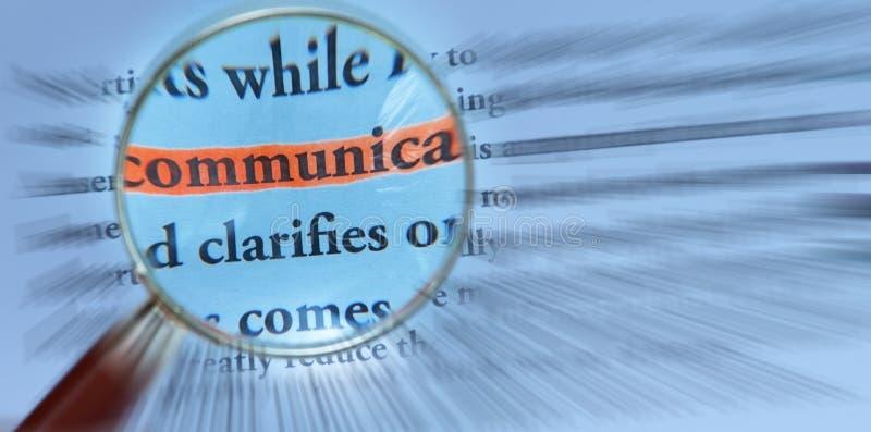 Kommunikation mit Vergrößerungsglas lizenzfreies stockbild