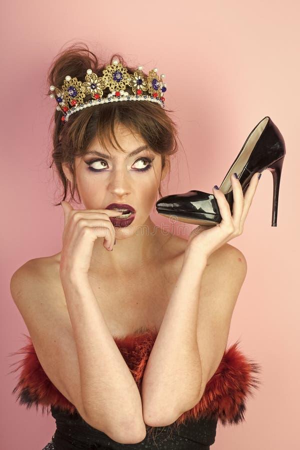 Kommunikation und Fetisch, Friseur Kommunikation der hübschen Frau Schuh als Handy halten stockfoto