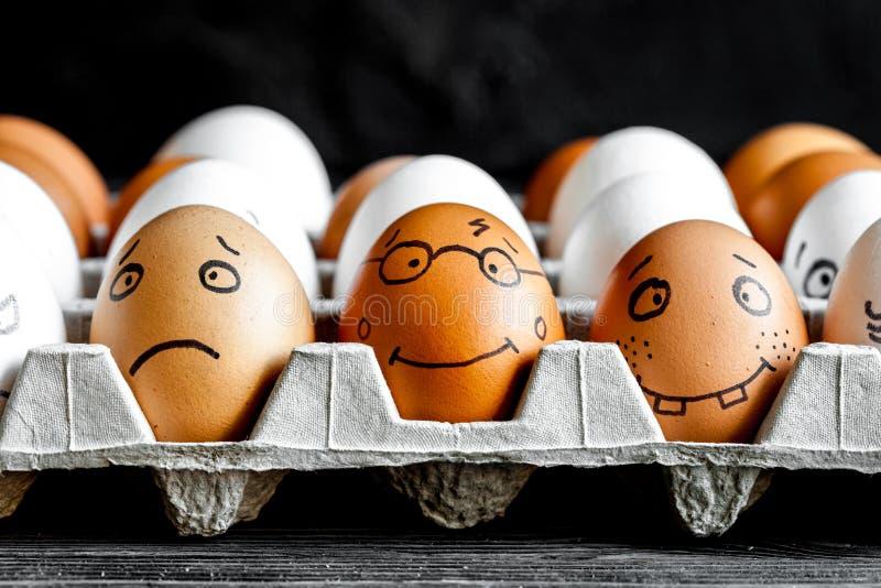 Kommunikation und Gefühle der Konzeptsozialen netzwerke - Eier lächeln lizenzfreies stockfoto