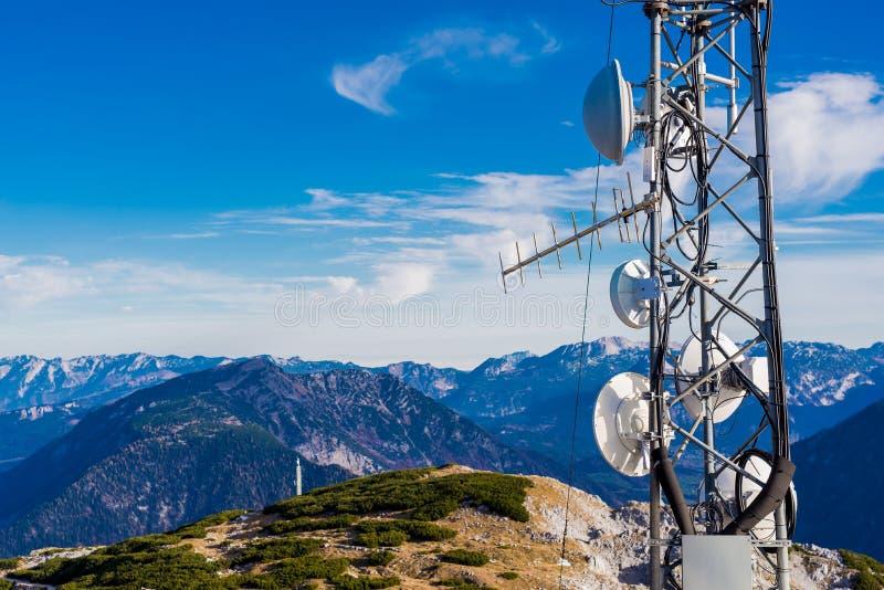 kommunikationsantenn i en överkant av berget royaltyfria foton