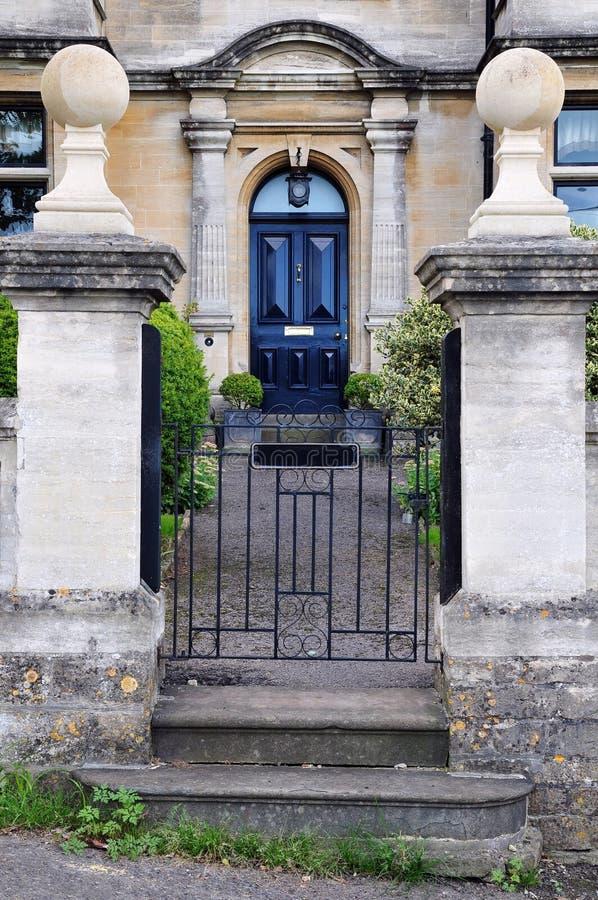 Kommunikationsrechner und Garten-Pfad eines englischen Stadthauses lizenzfreie stockfotos