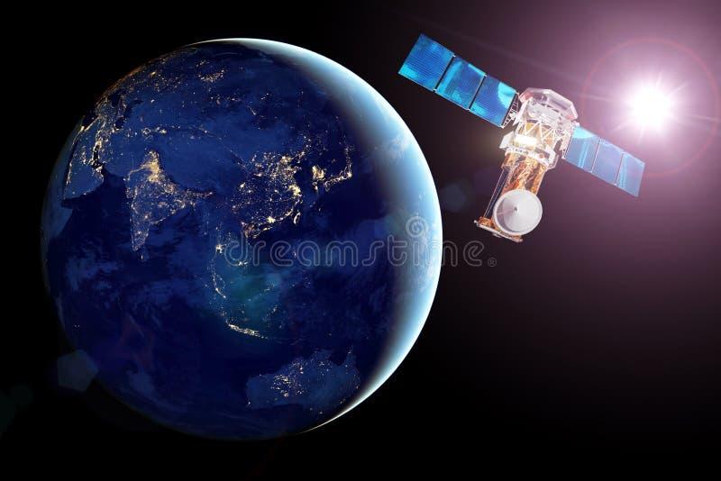 Kommunikationssatellit i jordens omloppsbana, sikten av nattsidan av planeten, lysande nattstäder och ljus sol Beståndsdelar av royaltyfria foton