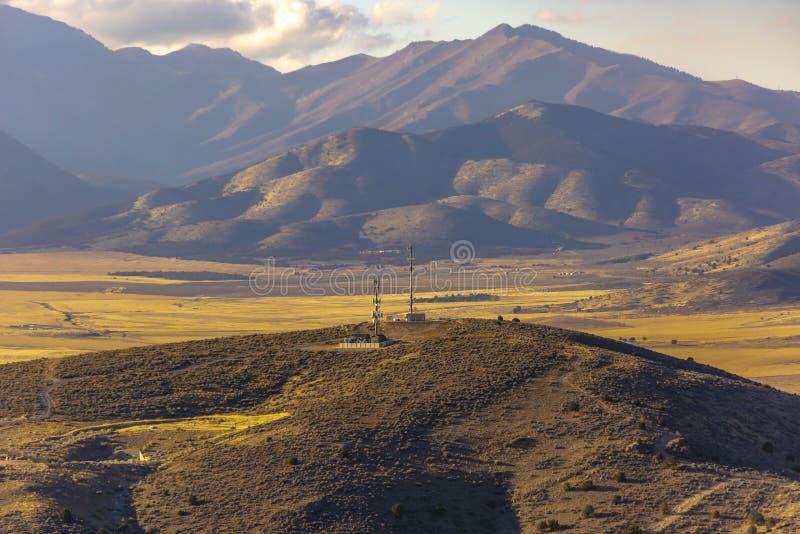 Kommunikationstorn överst av kullar i Utah royaltyfria foton
