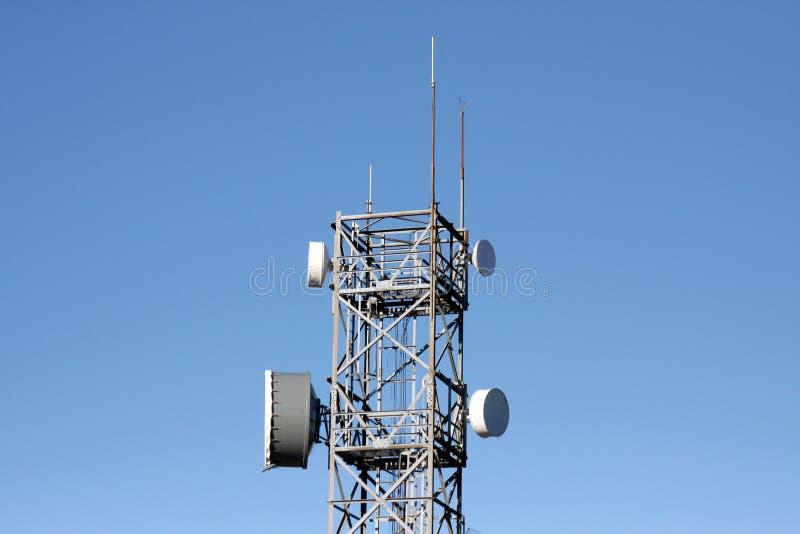 Kommunikationstorn med radio- och mikrovågsammanlänkningar arkivbild