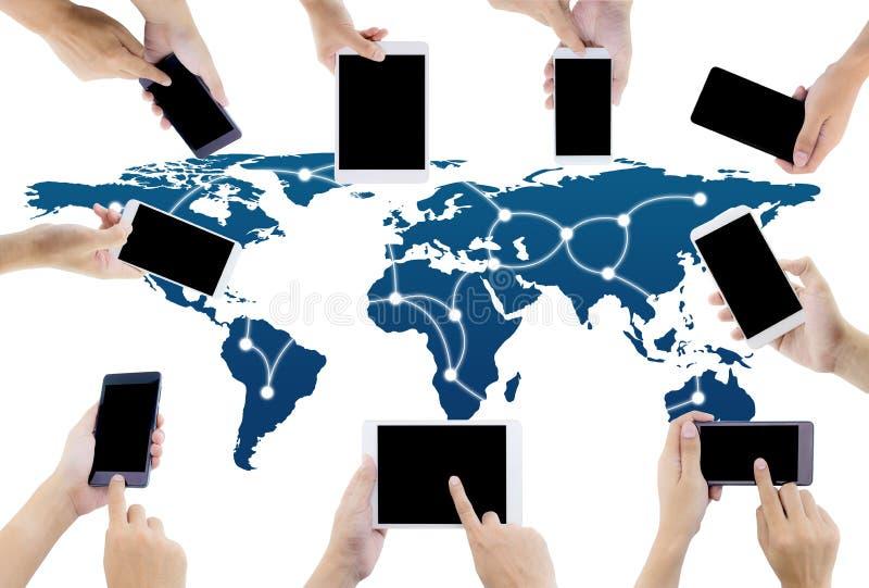 Kommunikationsverbindung mit Weltkarte von digitalen Geräten mit der Hand, die Telefon hält lizenzfreies stockbild