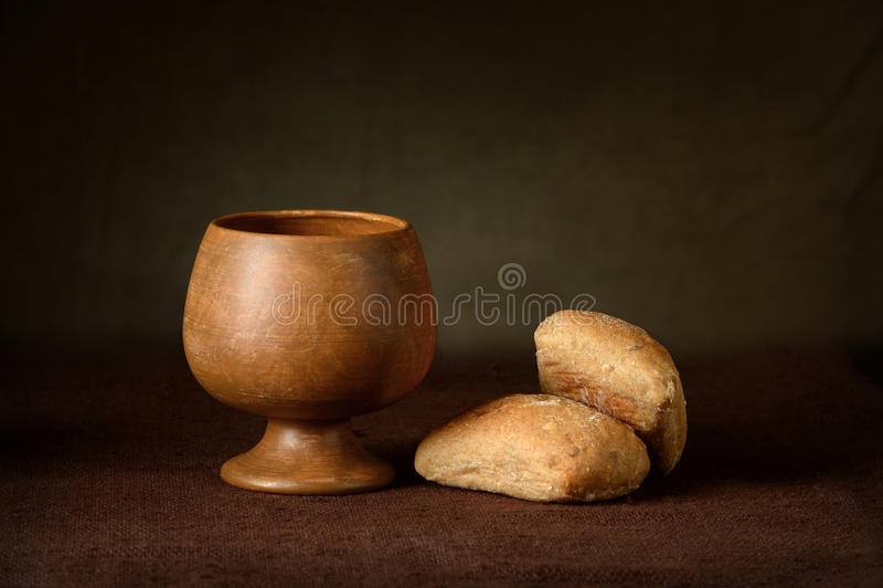 Kommunionsbecher und Brot stockfoto