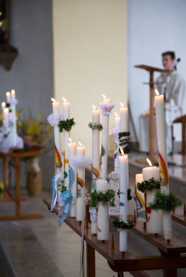 Kommunionskerzen in der katholischen Kirche stockbilder