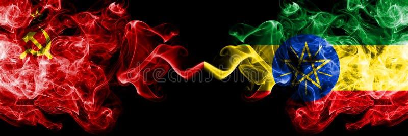 Kommunist gegen Äthiopien, abstrakte, rauchige mystische Fahnen in Äthiopien Dick gefärbte seidige Rauchfahnen des Kommunismus un stockfoto