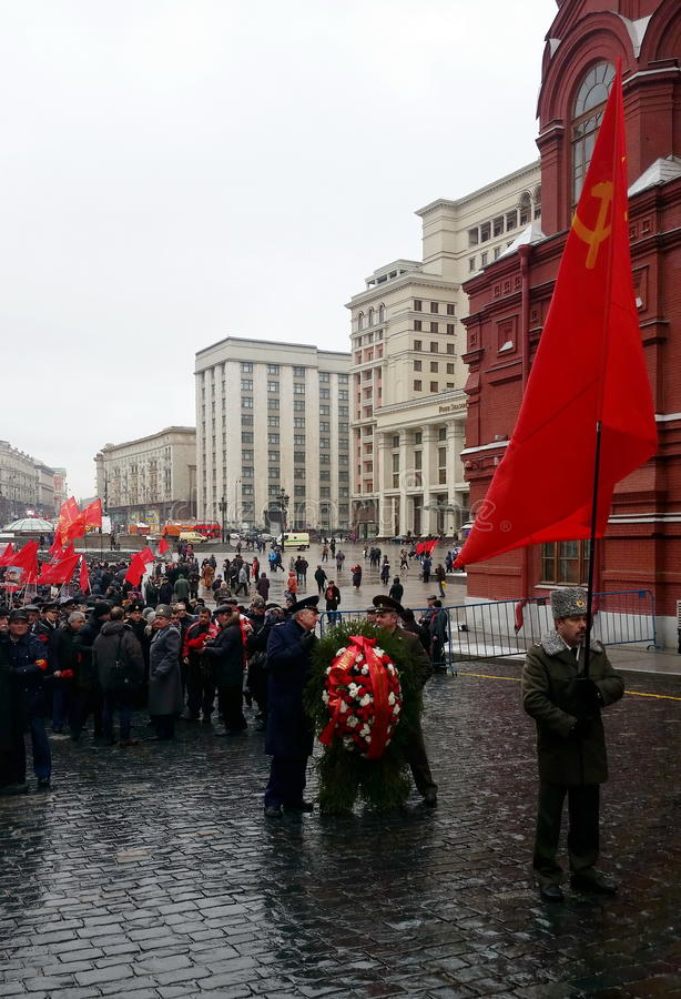 Kommunisterna på födelsedagen av Joseph Stalin som förbereder sig att marschera till Kremlväggnekropolen arkivfoton