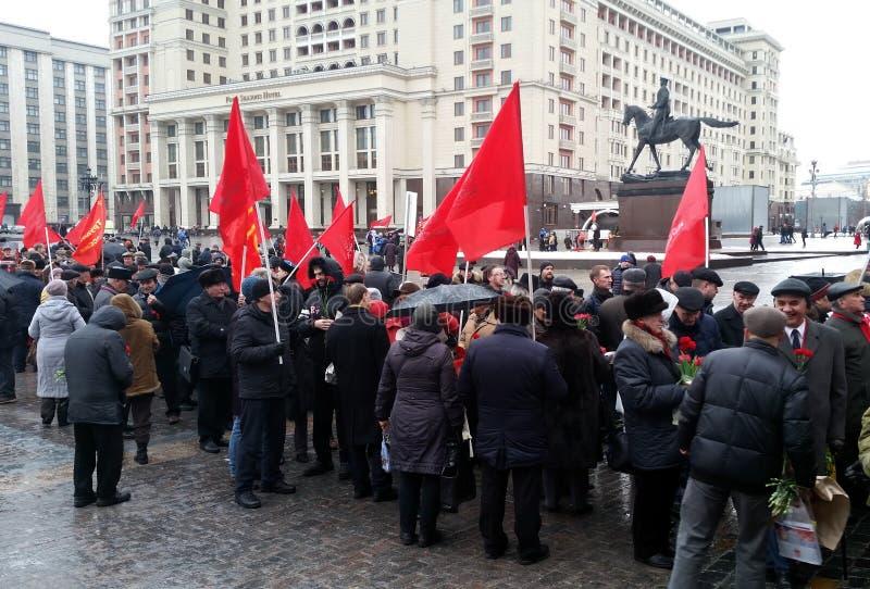 Kommunisterna på födelsedagen av Joseph Stalin som förbereder sig att marschera till Kremlväggnekropolen royaltyfri foto