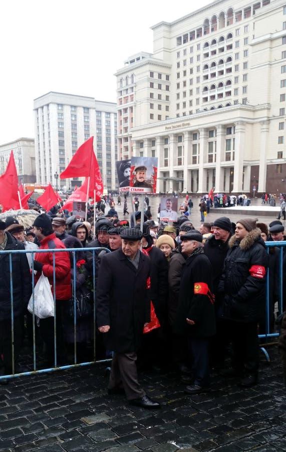 Kommunisterna på födelsedagen av Joseph Stalin som förbereder sig för processionen till nekropolen nära Kremlväggen royaltyfria foton
