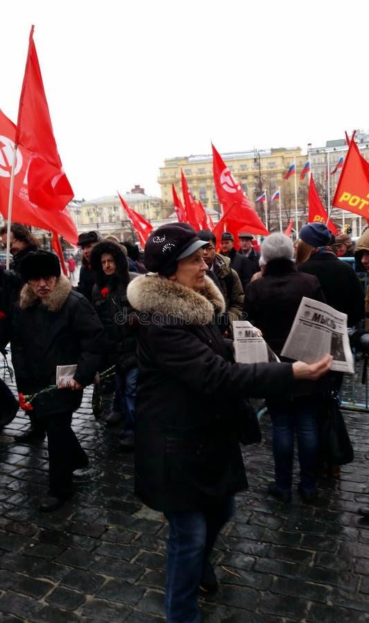 Kommunisterna på födelsedagen av Joseph Stalin som nära förbereder sig för processionen till nekropolen royaltyfria bilder