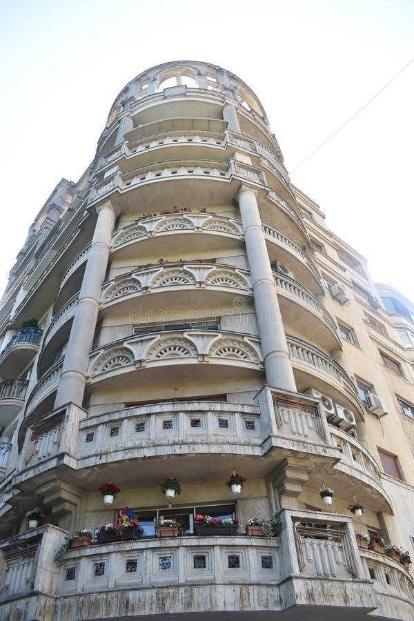 Kommunistische brutalistl Architektur, die mit runden Balkonen im Stadtzentrum typischen hässlichen Entwurfs Bukarests für Osteur lizenzfreie stockfotografie