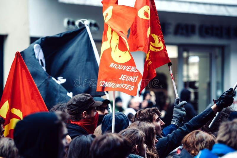 Kommunistische Flaggen als französische Regierungsschnur Protest Macron von Re lizenzfreie stockfotos