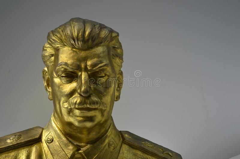 Kommunistiska artefacts - den guld- Stalin statyn - museum Prague arkivbilder
