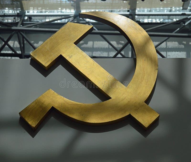 Kommunistiska artefacts - den sovjetiska hammaren och skäran - museum Prague arkivbilder