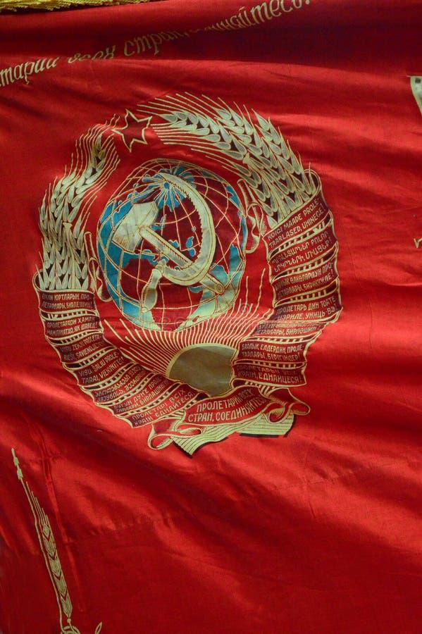 Kommunistiska artefacts - hammaren och skäran och den röda stjärnan på sovjetisk propagandaflagga - museum Prague royaltyfria bilder
