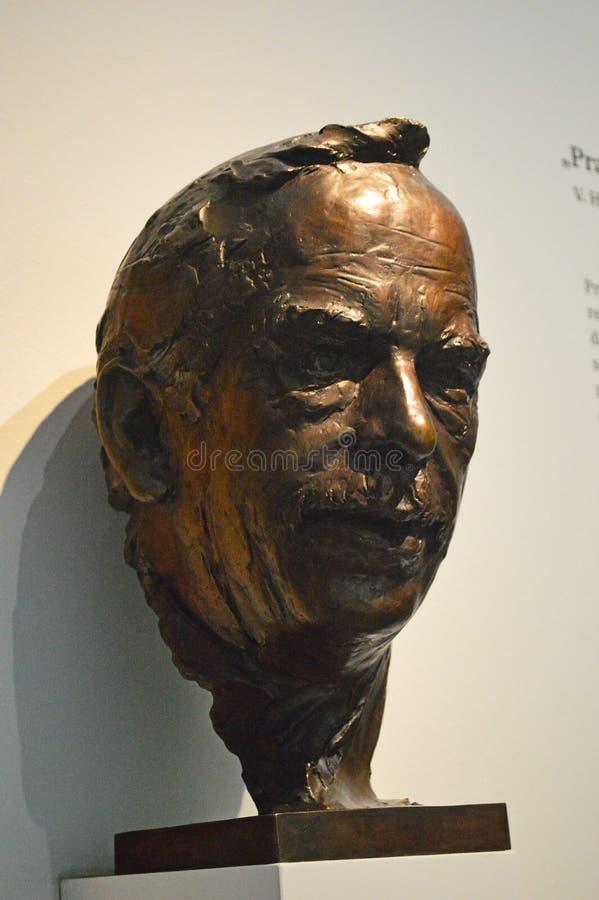 Kommunistiska artefacts - VÃ-¡ clav Havel brons statyn - museum Prague arkivfoton