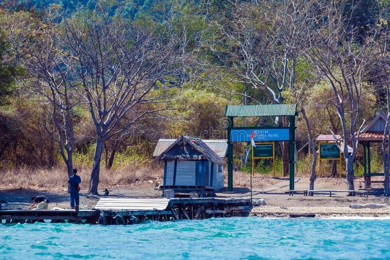 KOMODO park narodowy INDONEZJA, SIERPIEŃ, - 18, 2008: Wejście S obraz stock