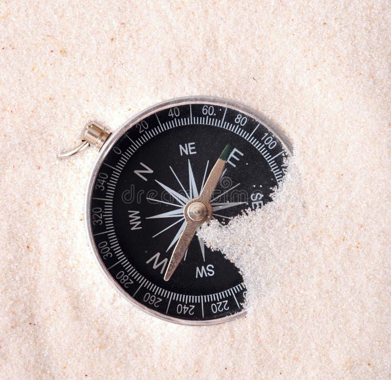 Kompaß im Sand lizenzfreie stockfotografie