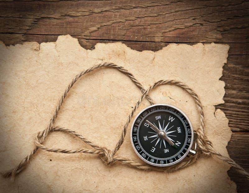 Kompaß, Seil und altes Papier lizenzfreies stockbild