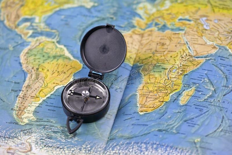 Kompaß und die Karte der Welt lizenzfreie stockbilder
