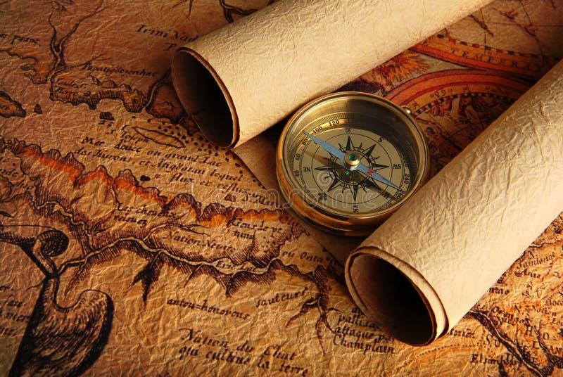 Kompaß und eine Karte stockfotografie